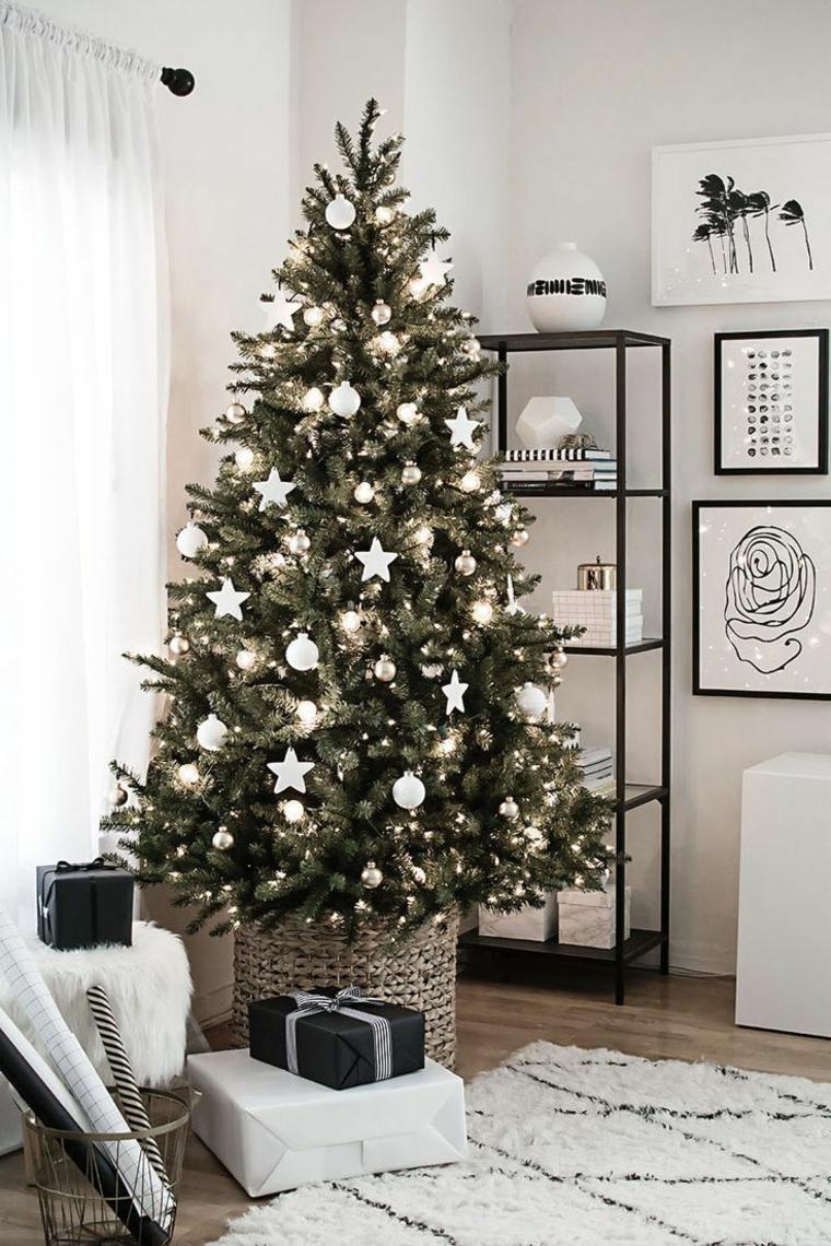 Lavoretti di Natale facili, albero decorato con palline e stelle, pacchi regalo sotto l'albero