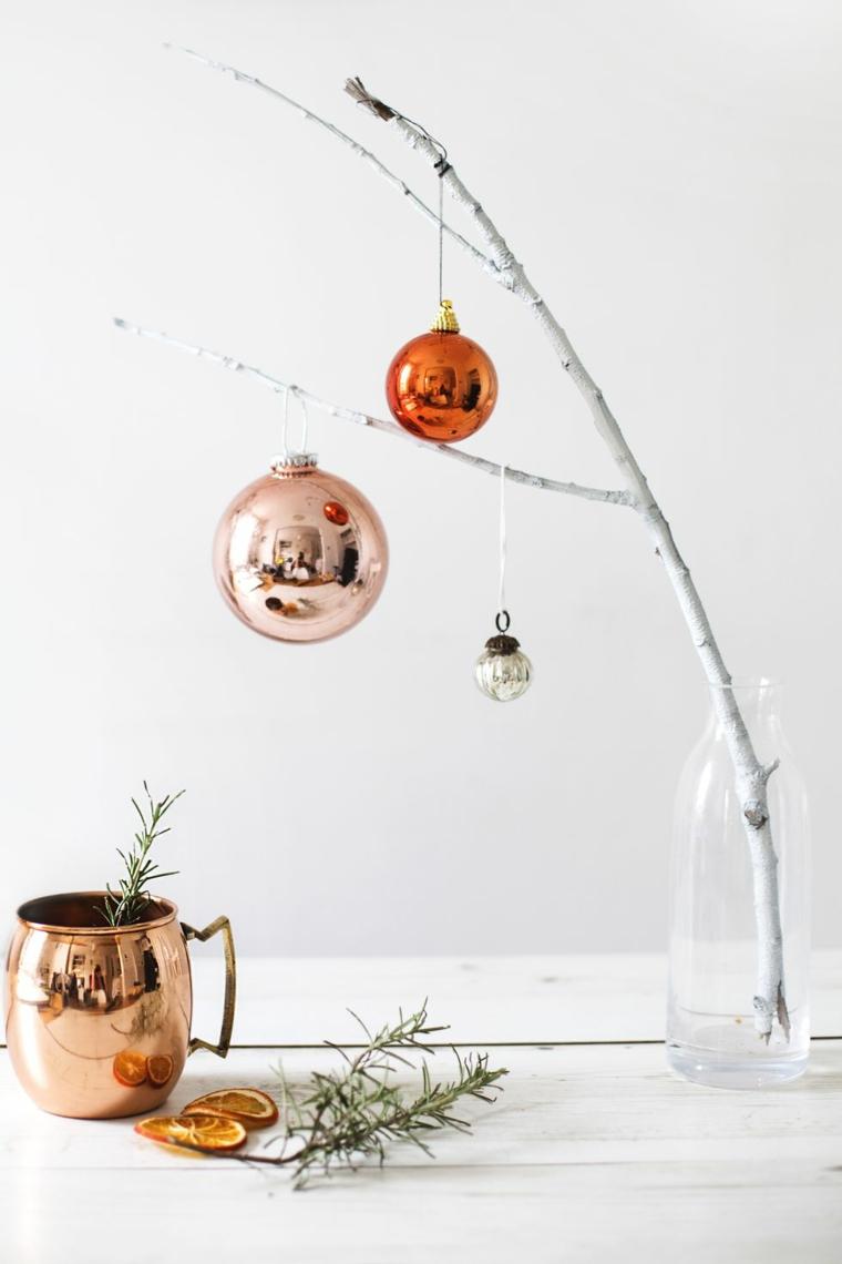 Lavoretti di Natale fai da te facili, rametto con palline metallizzate, rametti di rosmarino fresco