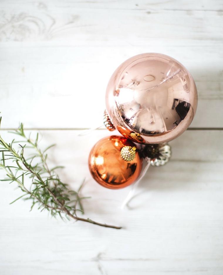 Decori natalizi, palline di colore metallizzato, rametto di rosmarino fresco