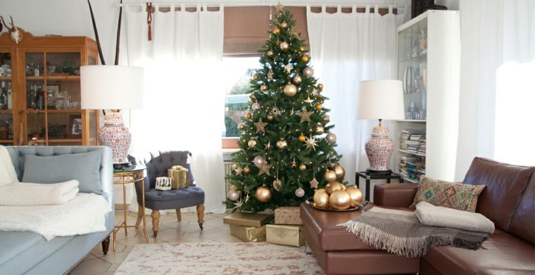 Lavoretti di Natale fai da te facili, albero natalizio decorato con palline, soggiorno di divano in pelle