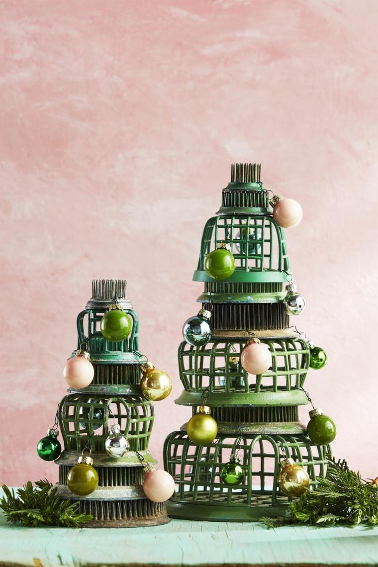 Alberelli di Natale fai da te, lanterne di metallo disposte come albero, palline di Natale colorate