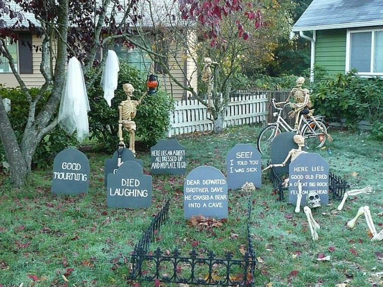 addobbi per halloween giardino cimitero scheletro