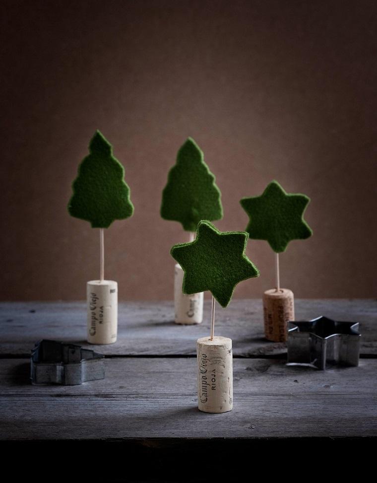 Tappi di sughero e decorazioni di feltro, lavoretti di Natale semplici ma belli, alberi con formine di feltro verde