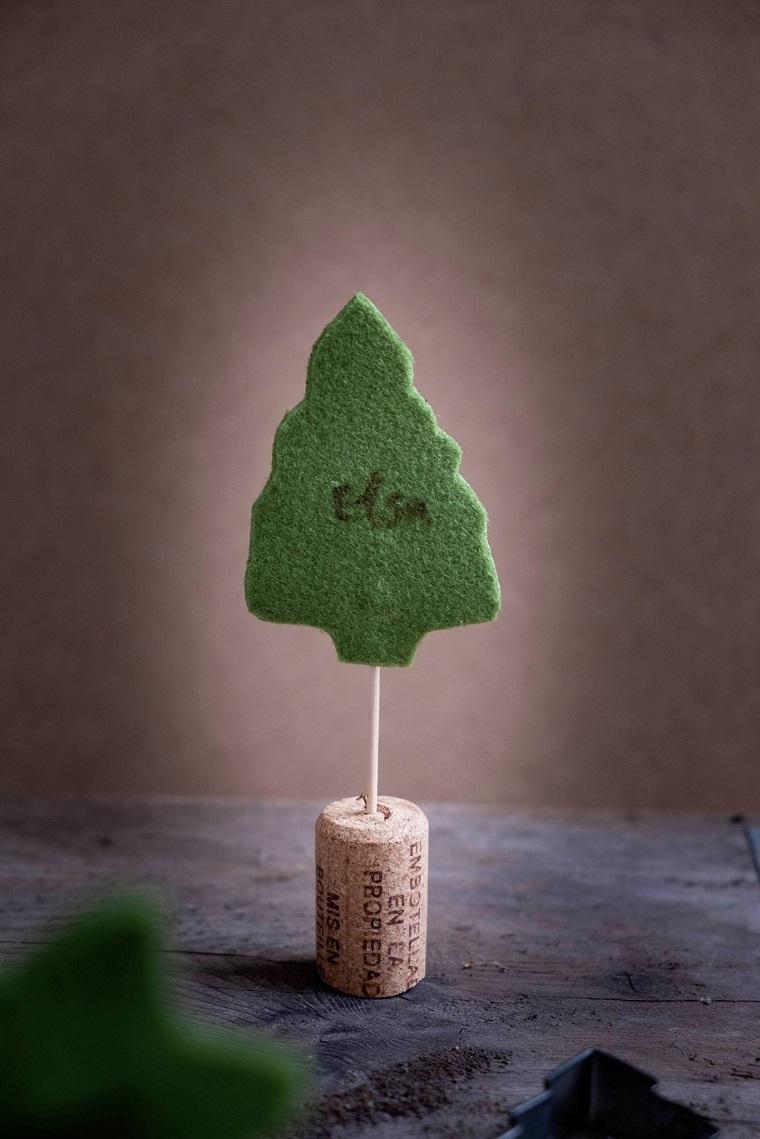 Tappo di sughero con albero di feltro verde, decorazioni natalizie fai da te, alberello di feltro con scritta