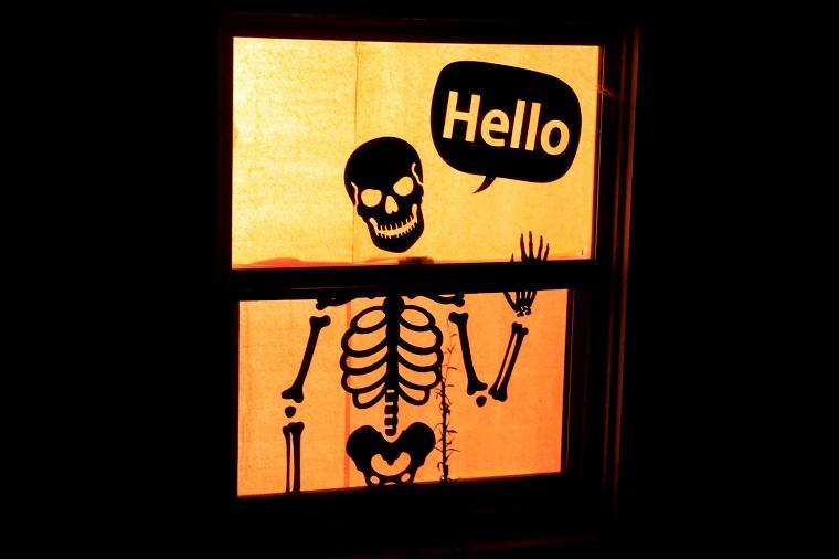 allestimento halloween scheletro scritta buffa