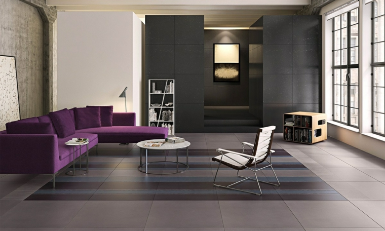 ambiente grigio divano viola