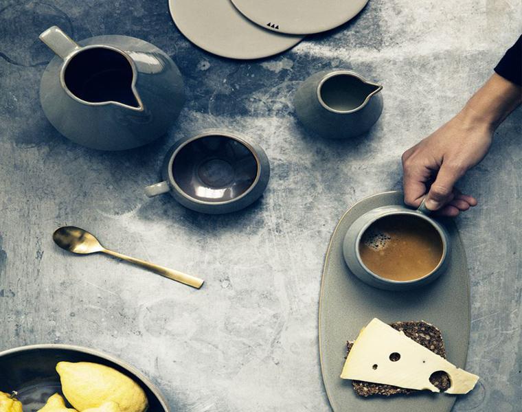 apparecchiare la tavola sfumature colore grigio