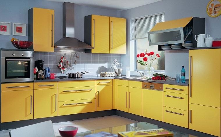 arredamento cucina tradizionale muro grigio contrasto