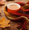 autunno-tazza-te-sciarpa-foglie-variopinte