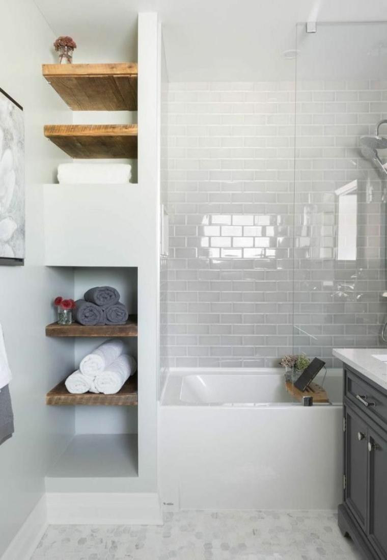 Rivestimenti bagni moderni immagini, sala da bagno con vasca e mensole di legno
