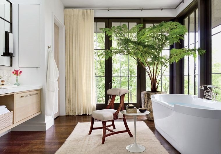 Sala da bagno con vasca, mobile lavabo in legno con specchio, bagno con pavimento in legno