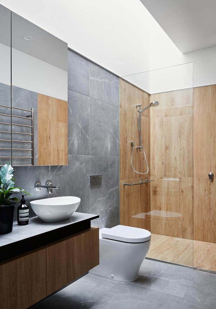 Piastrelle adatte ad un bagno piccolo, box doccia con pannelli di legno e piastrelle