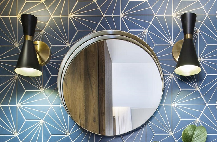 Idee per ristrutturare il bagno, parete rivestita con piastrelle uno specchio rotondo