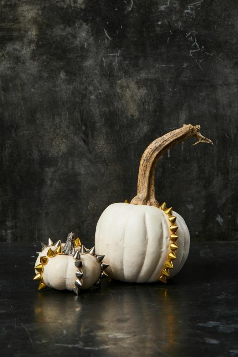 Foto zucche Halloween, zucche con borchie di metallo, immagine con sfondo nero