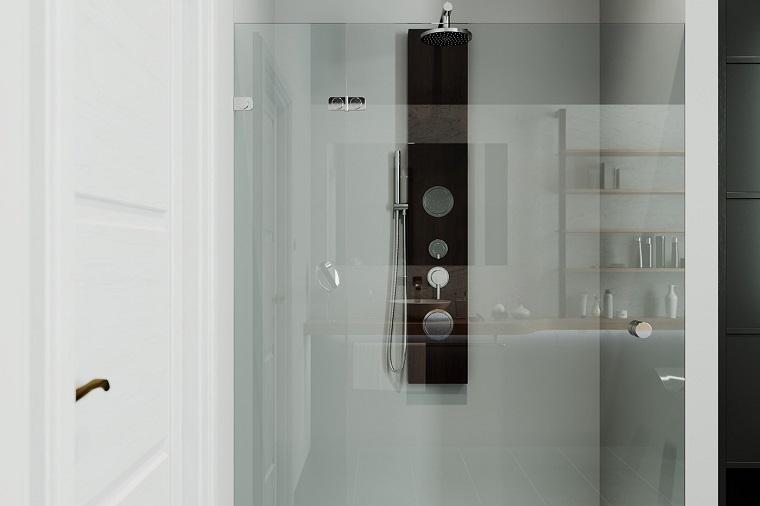Come arredare un bagno piccolo, bagno con box doccia in vetro accanto ad una porta di legno