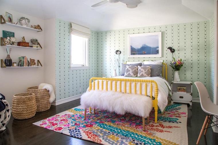 cameretta letto particolare tappetto colorato