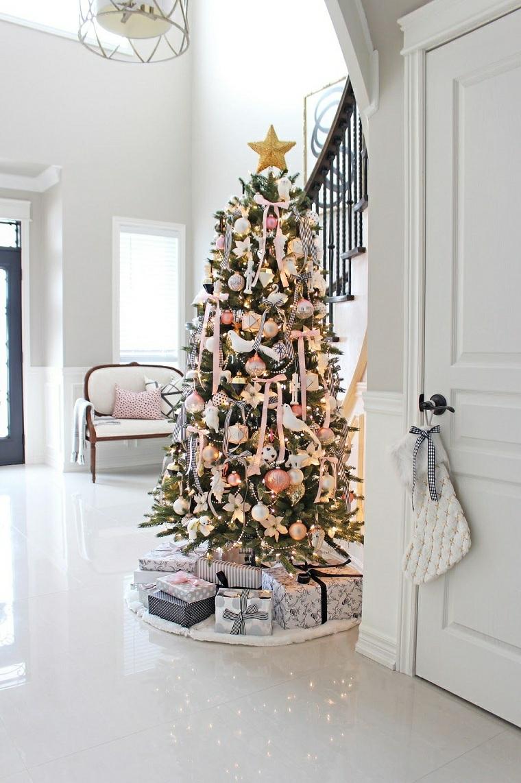 Addobbi natalizi fai da te 2019, albero di Natale decorato con ghirlande, soggiorno con pavimento in piastrelle