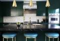 Cucina moderna con inserti lucidi in metallo