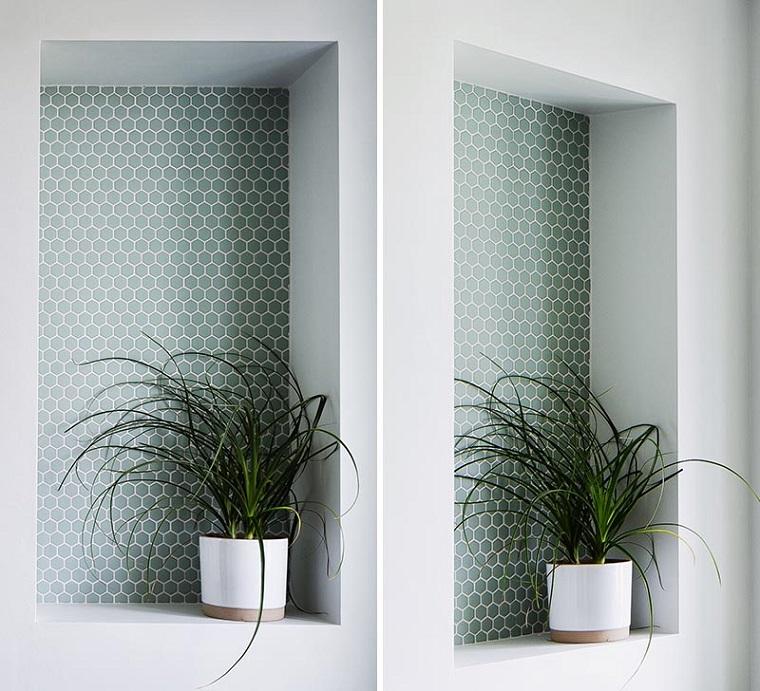 Disposizione sanitari bagno rettangolare, bagno con nicchia in parete con un vaso di pianta