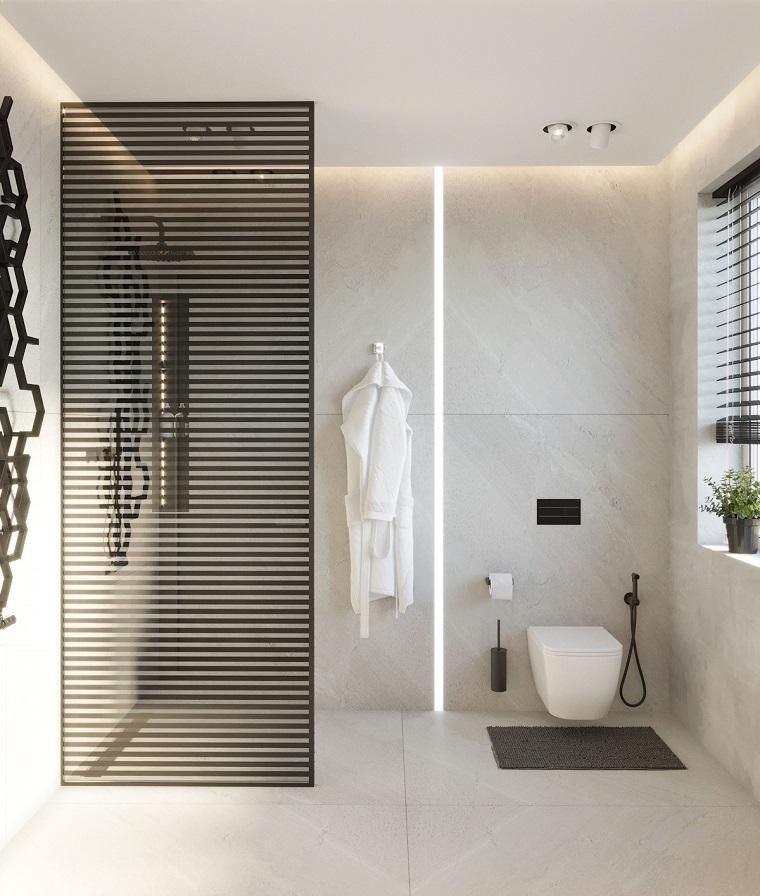 Bagno stretto e lungo con finestra in fondo, bagno con box doccia separata