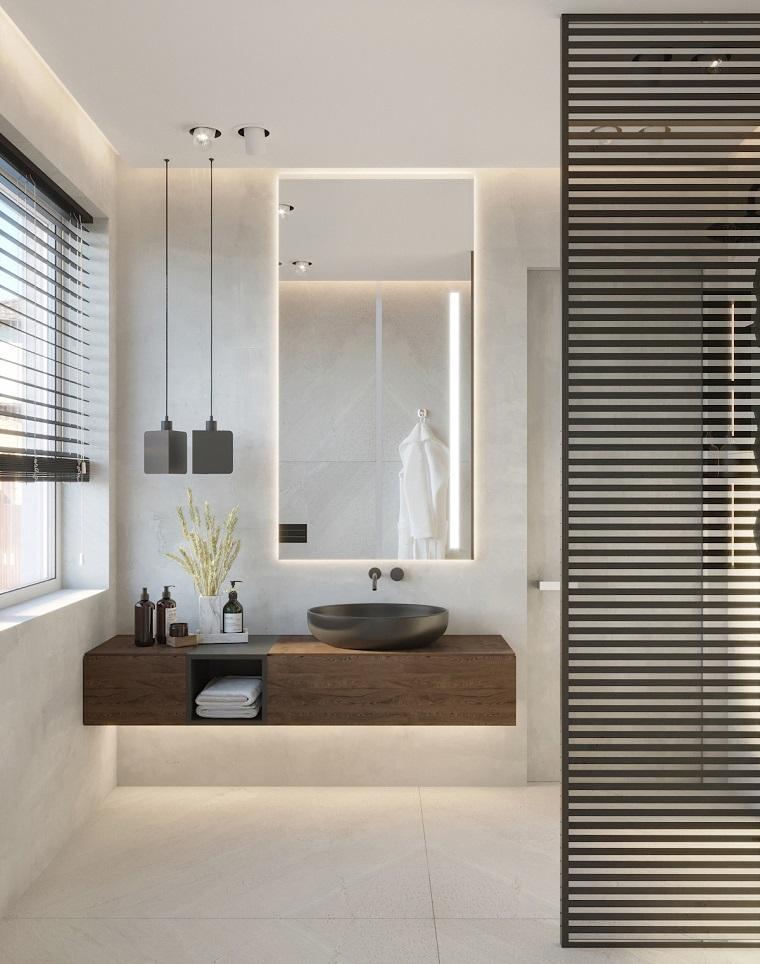 Bagno stretto e lungo con finestra in fondo, mobile di legno con lavabo da appoggio