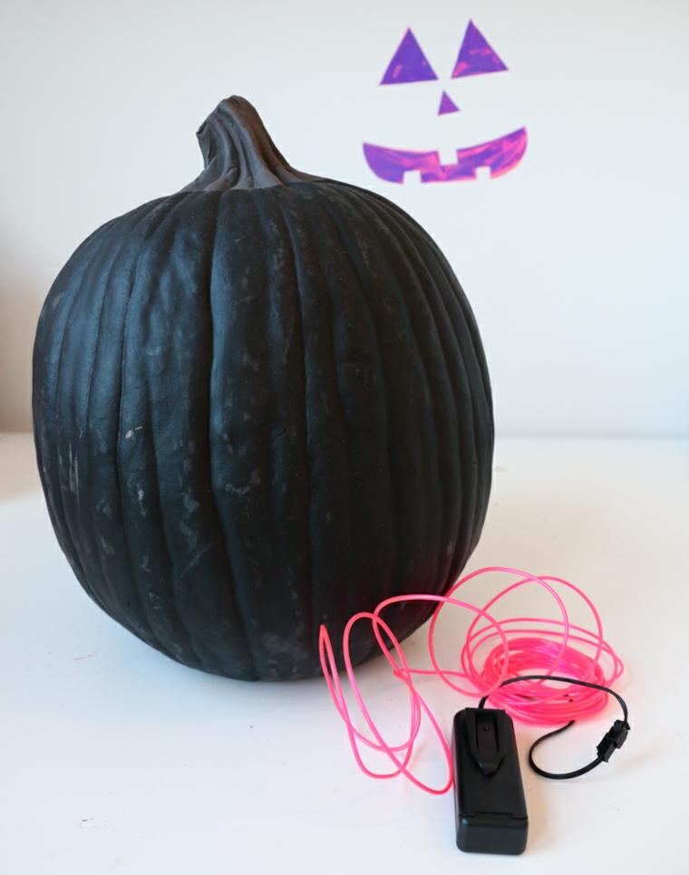 Foto zucche Halloween, materiali per decorare una zucca finta, filo luminoso neon