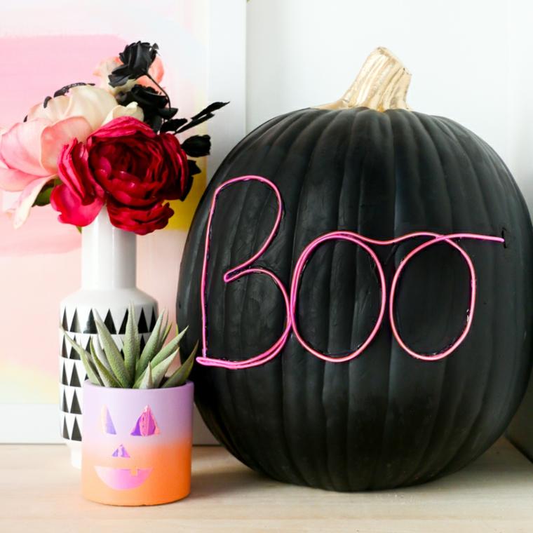 Zucca di Halloween, filo con lucine neon, vasi con piante, decorazioni per Halloween