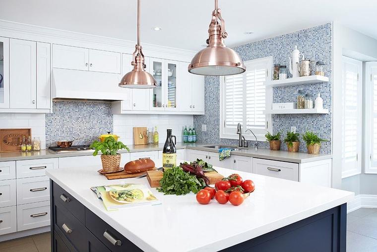 cucina bianca isola lampade sospensione rame