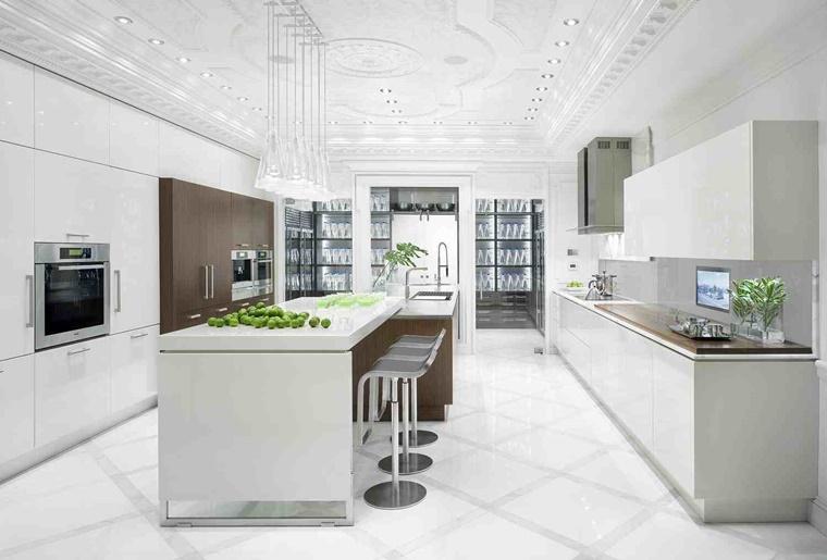 cucina bianca laccata idea moderna parete legno distacco