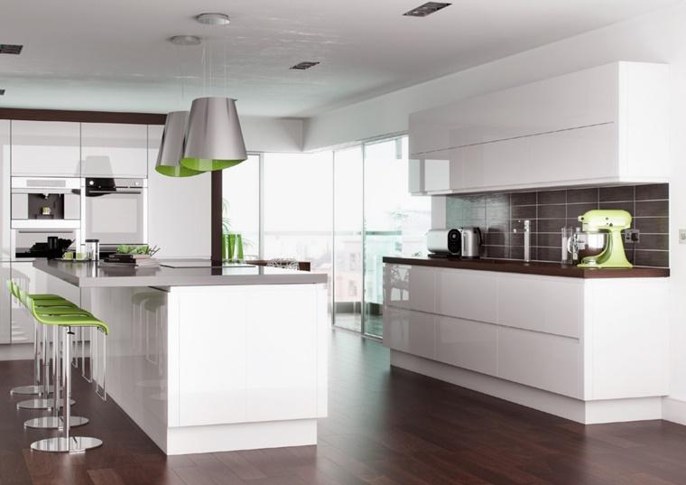cucina bianca lucida penisola centrale sedie verdi