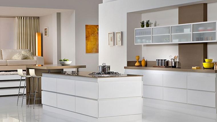 cucina bianca lucida stile moderno decorazioni gialle