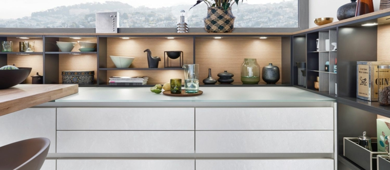 cucina bianca unita soggiorno griggio abbelliti luce mensole