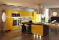 Cucina gialla che brilla e illumina veramente lo spazio
