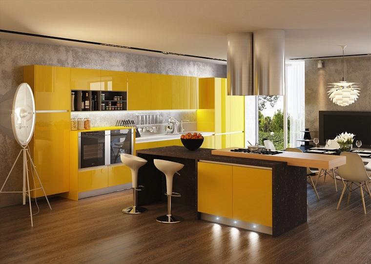 cucina gialla arredamento moderno con isola