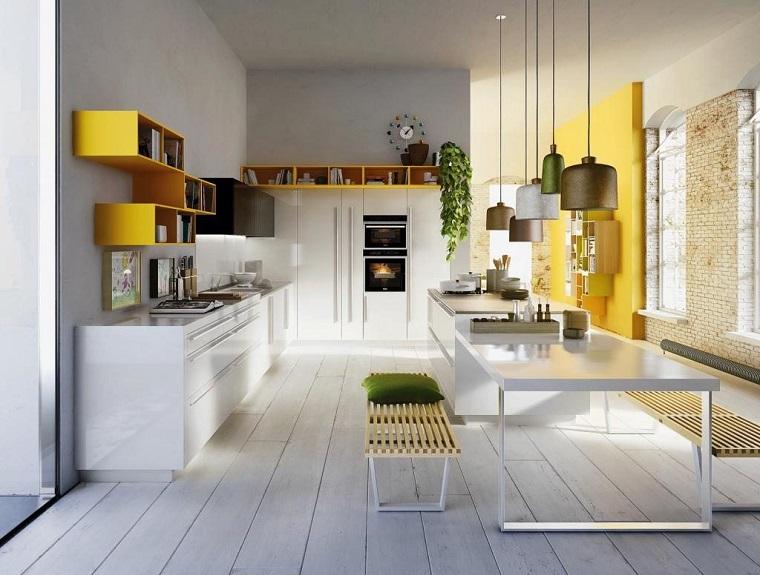 cucina moderna accento giallo mensola parete
