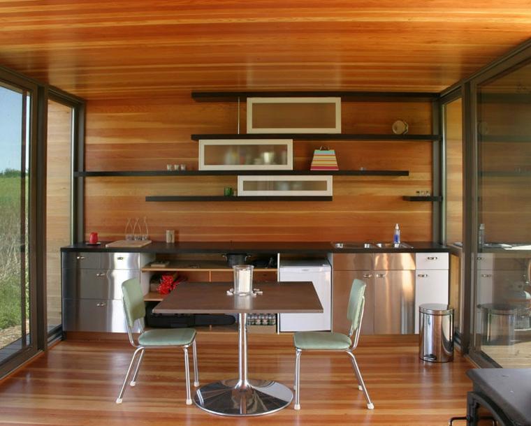 cucina semplice inox arricchita mensole scure ante bianco vetro
