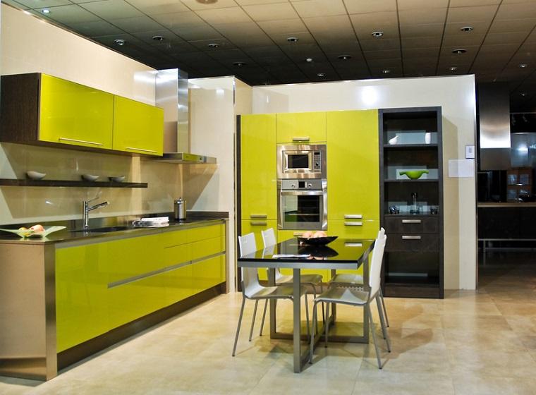 cucine colorate giallo lime tavolo vetro