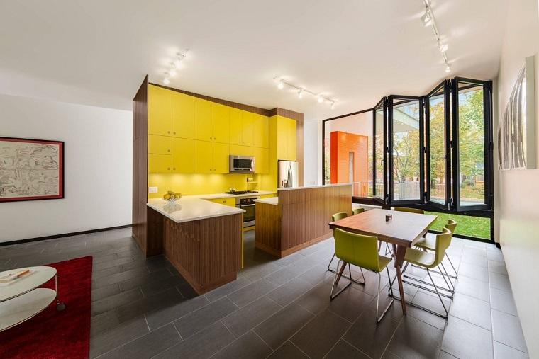 cucine colorate legno scuro contrasto giallo spazio aperto