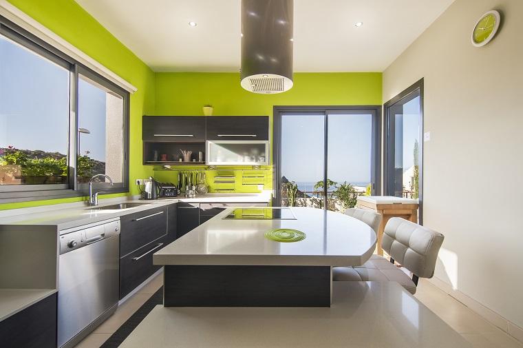 cucine moderne con isola muri verdi