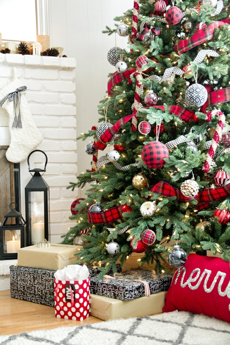Pacchi regalo sotto l'albero di Natale, addobbi natalizi fai da te 2019, soggiorno con camino