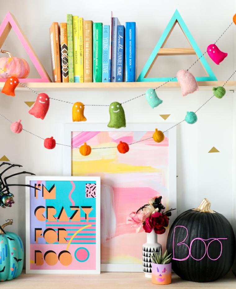 Zucche di Halloween fai da te, ghirlanda con fantasmini, zucca con scritta neon