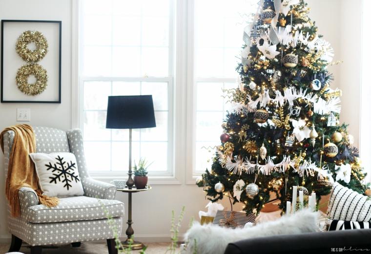 Lavoretti di Natale facili, albero decorato con ghirlande, soggiorno con poltrona e divano