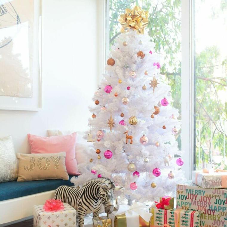 Albero di Natale bianco con palline, pacchi regalo sotto l'albero, lavoretti di Natale facili