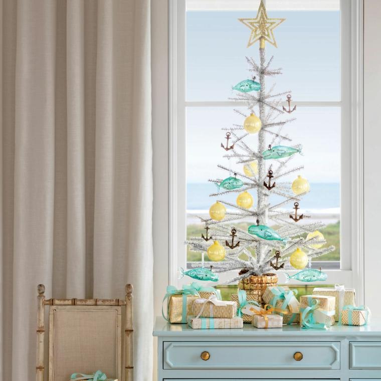 Lavoretti di Natale fai da te facili, albero natalizio bianco, mobile di legno azzurro