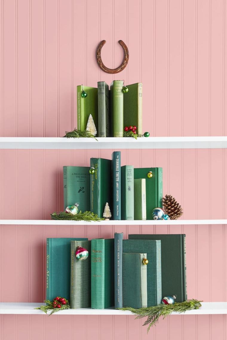 Lavoretti di Natale facili, libri con copertina di colore verde, mensole con libri forma albero di Natale