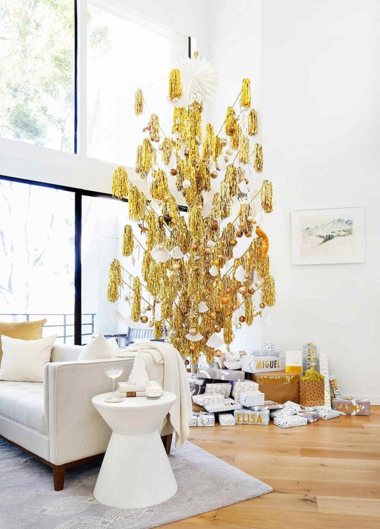 Lavoretti di Natale semplici ma belli, albero di Natale di colore oro, soggiorno con divano