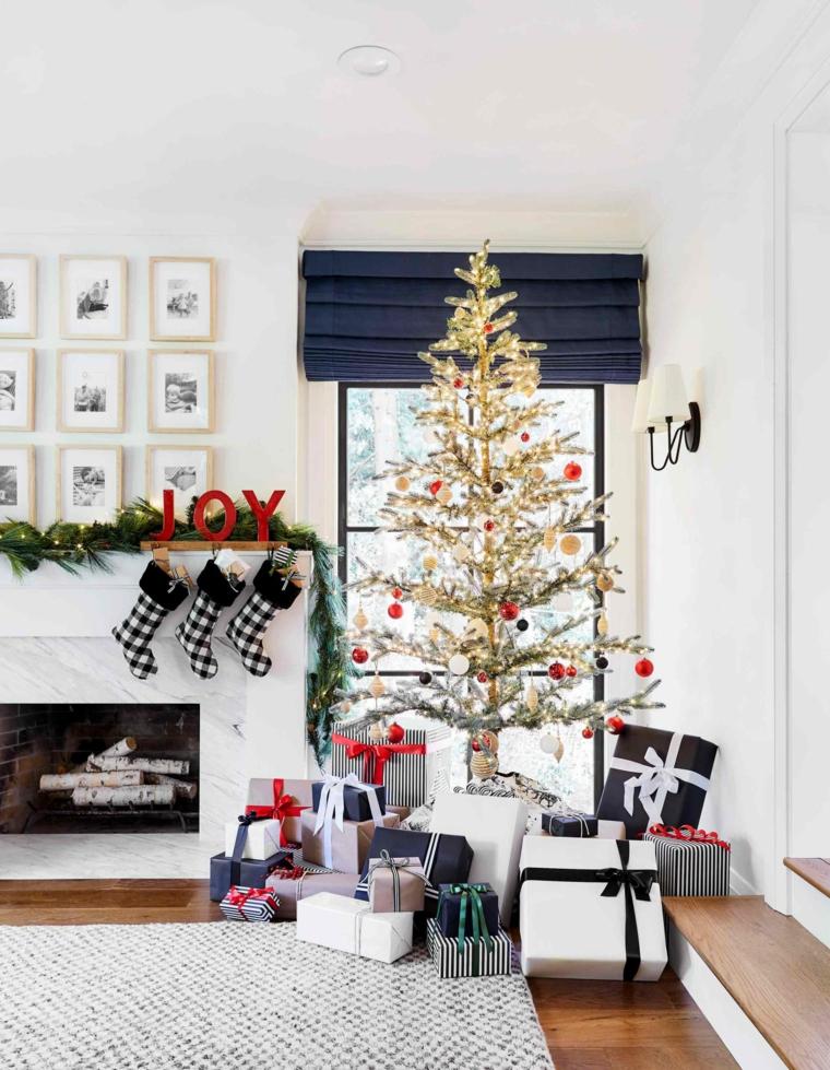 Soggiorno con divano, pacchi regalo sotto l'albero, decori natalizi, soggiorno con camino