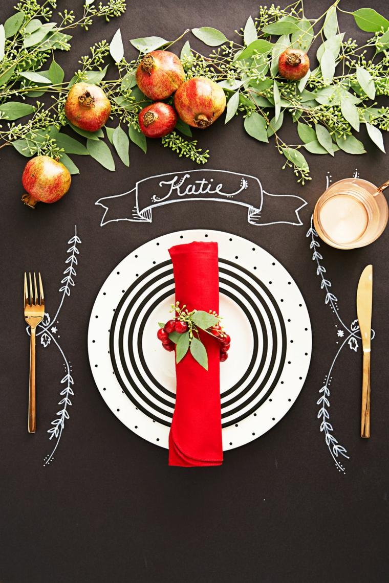 Segnaposto con scritta sulla tovaglia, centrotavola con foglie e frutta, lavoretti di Natale fai da te facili