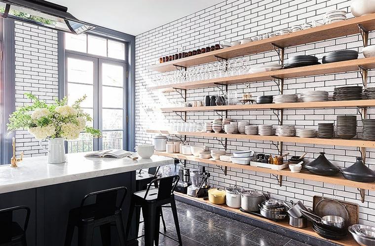 dispensa organizzata mensole muro legno