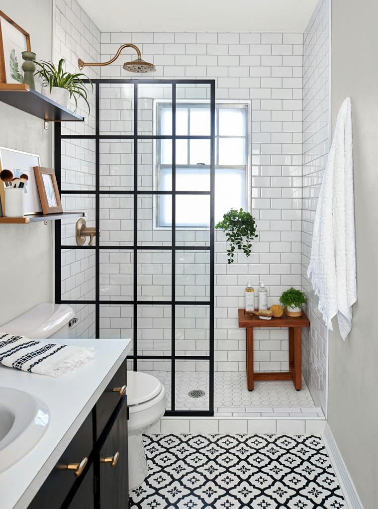 Rivestimento delle pareti del bagno con piastrelle bianche, bagno con box doccia
